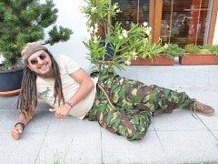 MICHAL ŠEPS po koncertě v Brné u Ústí na reggae festiválku V zahradě. Byl v pohodě, polohu pro fotku si vymyslel sám.