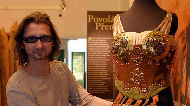 Kostým představuje Šárčinu zbroj z dívčí války. Na snímku ukazuje kostým historik Martin Krsek.