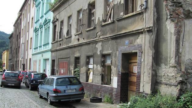 Ulice U České besedy se rozpadá.