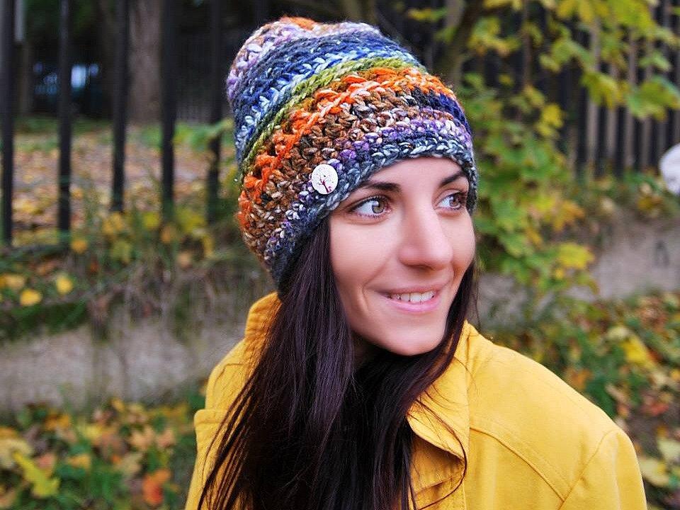 Monika Lafatová ručně vyrábí barevné doplňky, čepice, šátky nebo originální tašky.