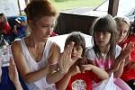 Na unikátním táboře v Chabařovicích se děti dorozumívají znakovou řečí.