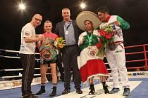 Fabiana Bytyqi (druhá zleva), její trenér Lukáš Konečný (vlevo), Maria Soledad Vargas (druhá zprava) a její kouč po zápase o titul mistryně světa WBC v Ústí nad Labem, duben 2019. Foto: Deník/Karel Pech