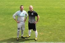 Michal Kubec (vlevo) a Jan Králik museli v minulosti kvůli prohrané sázce na tréninku nastoupit k mistrovskému utkání v legendárních hadrákách.