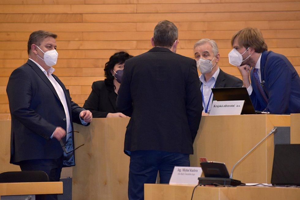 Představenstvo Krajské zdravotní se radí s hejtmanem Janem Schillerem (vlevo), jak postupovat po rezignaci krajského koordinátora očkování.