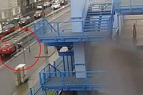 Ústečtí policisté pátrají po řidiči vozidla, které u stadionu srazilo chodkyni