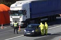 Policisté , hasiči a vojáci hlídají od páteční půlnoci přechod Petrovice-Krásný les. Kontrolují každé osobní vozidlo, které jede z Německa a namátkou i kamiony.