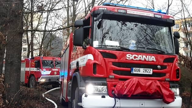 Hasiči zasahují u požáru chaty v ústecké ulici Na Skalce