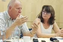 TVÁŘE ROPU SEVEROZÁPAD. Předseda Regionální rady Milan Pipal a ředitel Úřadu Regionální rady Jana Havlicová.