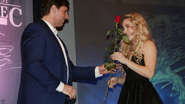 Sportovec roku 2017 na Ústecku Fabiana Bytyqi dostává na vyhlášení výsledků květinu od šéfredaktora severočeských Deníků Vladimíra Mayera.