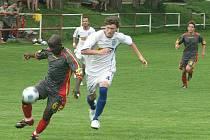 Fotbalisté Neštěmic (bílé dresy) v Brňanech prohráli s Brozany 2:3. Rozhodující gól vsítil v 86. minutě Veleba.