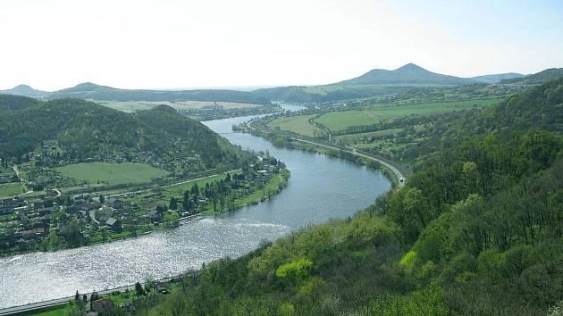 Krásná vyhlídka do údolí Labe a Mlynářův kámen vás okouzlí.