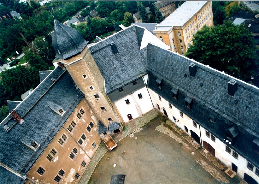 Hrad sloužil k ochraně důležité obchodní cesty z Halle do Prahy.
