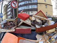 JARNÍ ÚKLID SE ROZJÍŽDÍ, pozná se to ve sběrném dvoře i na ulicích města, kde pokračuje svoz objemného odpadu.