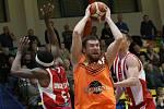 Utkání basketbalistů Ústí (v oranžovém) proti Pardubicím