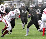 Američtí fotbalisté ústeckých Blades (v černém) vybojovali v domácím utkání postup do Silver Bowlu (finále 2. ligy), když porazili Přerov Mammoths 28:3.
