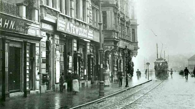 Revoluční ulice v Ústí nad Labem v roce 1899.