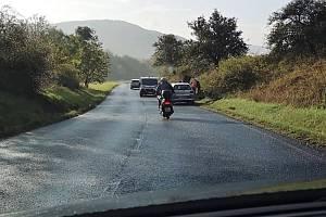 Na silnici mezi Strážkami a Žďárkem vjelo auto do příkopu