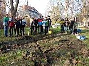 Školáci sázeli v parku krokusy na památku dětských obětí nacistů.