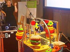 Studentka Zuzana Foktová navrhla stolek pro těžce postižené děti