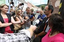 Rodina unesené Michaly Janové v obležení novinářů.