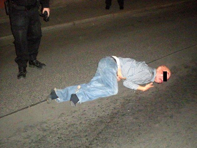 Řidič auta srazil chodce, ten po nárazu zůstal ležet bezvládně uprostřed vozovky.