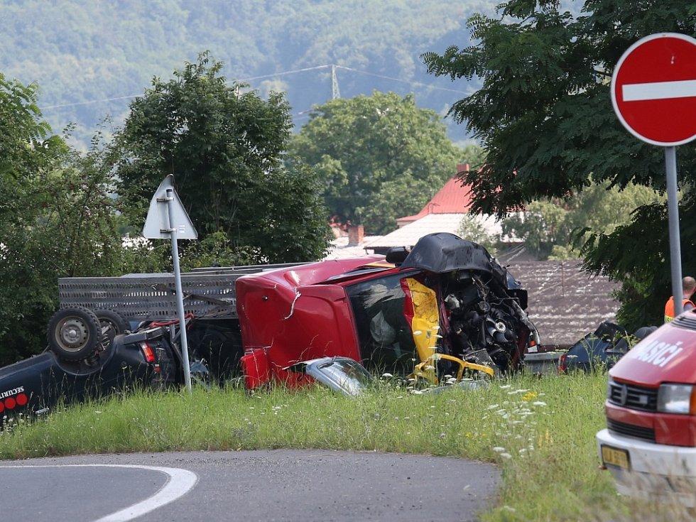 Tragická dopravní nehoda se stala v pátek odpoledne u Mojžíře na silnici č. 62 směrem na Děčín.