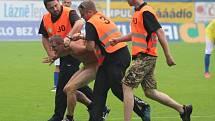 Při přátelském duelu teplických fotbalistů s Dynamem Drážďany vběhl na hrací plochu ze sektoru Dynama nahý německý fanoušek.