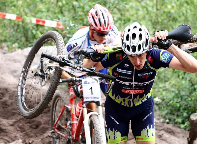 RYCHLE DO CÍLE! Milan Spěšný na cestě za triumfem v České Kamenici si často bral kolo svá záda.