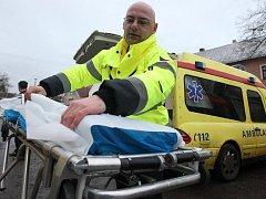 Fotoreportér Deníku usedl za volant převozové sanitky, transportoval do nemocnice k vyšetření několik seniorů a převážel také krev.