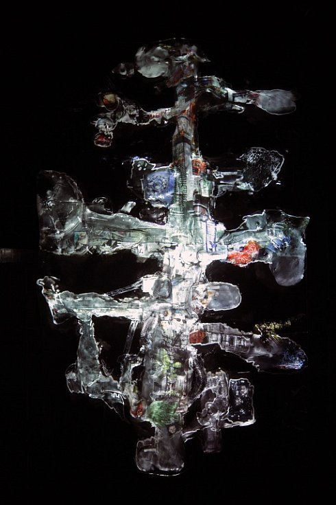 Jakub Nepraš, Tree (Strom), 2011, videoobjekt z plexiskla, dvouminutová smyčka, druhá edice, 205 x 120 x 30 cm.