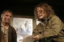 """Lenka Krobotová s Ivanem Trojanem v černé komedii """"Ucpanej systém"""" v podání Dejvického divadla."""