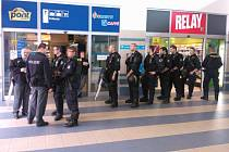 Policisté na Hlavním nádraží.
