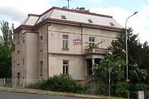 Bývalá policejní vila. Zájemce o její koupi by tu chtěl budovat sociální byty. To místní lidé nechtějí.