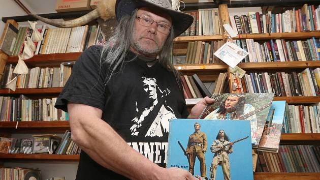 Ústecký fotograf Petr Berounský se svojí sbírkou.
