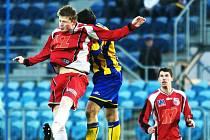 S bojovností jihlavského týmu si bude muset poradit dvojice útočníků FK Ústí Bohumil Nadeníček (vlevo) a Tomáš Pilík. V případě vítězství se Ústí dotáhne opět na špičku ligy.
