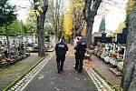 Ústečtí strážníci hlídají v dušičkovém období hřbitovy