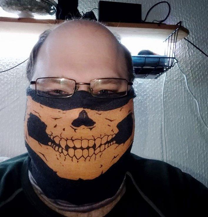 Když nejsou roušky, i bavlněný šátek udělá své, napsal nám přes facebook Martin Mrózek