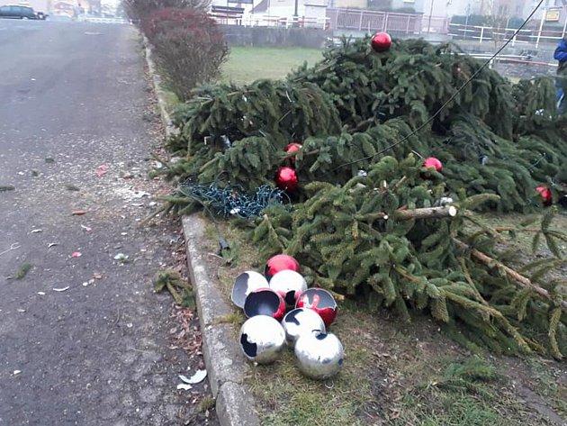 Neznámý vandal skácel vnoci zúterý na středu vánoční strom ve Velkém Březně.