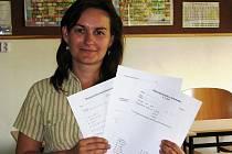 Učitelka matematiky Andrea Štolfová ze Základní školy Vojnovičova, ukazuje listy, na které žáci s nedostatečnou na vysvědčení na konci školního roku musí opravnou zkoušku vykonat.