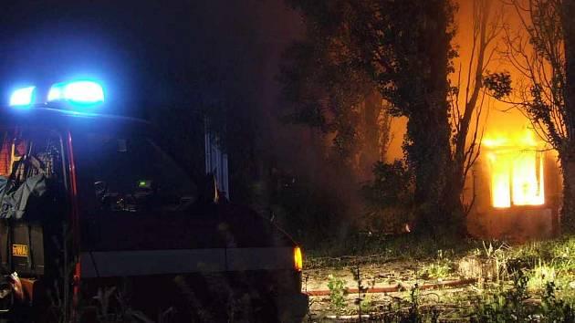 Noční požár opuštěné budovy poblíž Tesca