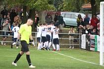 V televizním utkání porazily Hostovice před parádní návštěvou hosty z Chabařovic (červené dresy) 6:1.