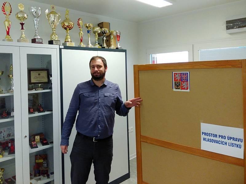 Michal Kříž, předseda volební komise, která zasedla v hasičárně v Božtěšicích