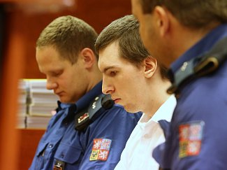 Obžalovaný Jaroslav Pulpán z Děčína se zpovídá u ústeckého soudu. Je obviněný, že sexuálně obtěžoval nezletilé dívky a poté je vydíral přes internet.