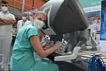 Prezentace robotické chirurgie v ústecké Masarykově nemocnici. Na robotu už tamní lékaři udělali na čtyři tisíce operací. Vyzkoušet si, jaké to je operovat s pomocí robota, přišli také zdravotníci.
