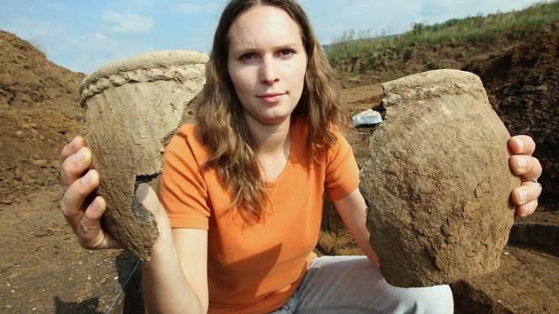 Archeoložka Daniela Franková ukazuje nálezy v místě, kde se bude dálnice D8 od Lovosic napojovat na již hotový úsek od Teplic do Německa.
