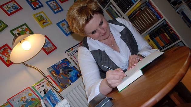 Spisovatelka Veronika Černucká na autogramiádě ve svých rodných Teplicích.