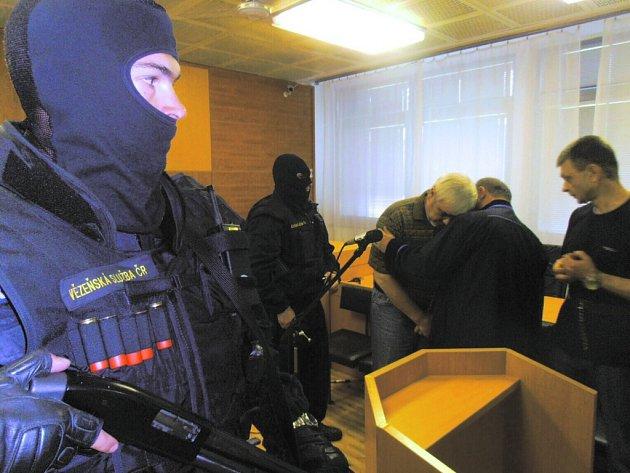 Soud s ukrajinskými nájemnými vrahy skončil vysokými tresty.