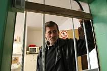 Ruda z Krásňáku. Tímto jménem se představil vrátný ubytovny v ulici Čelakovského, když se po deseti dnech přijeli podívat na ubytovnu reportéři Deníku, jak se tady žije předlickým Romům.