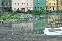 Po bývalých místních fotbalových hřištích zůstaly nevzhledné plochy, zarostlé plevelem. Ilustrační foto.