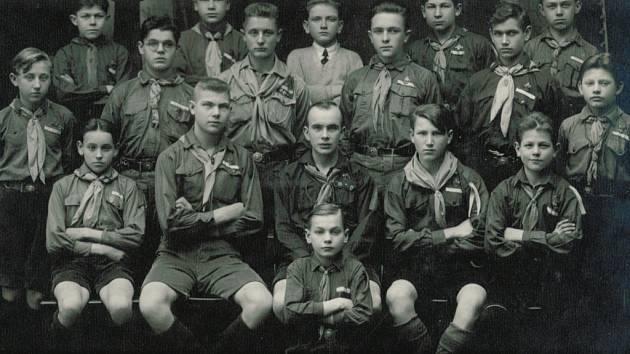 Skaut Antonín Sochor stojí první zleva.